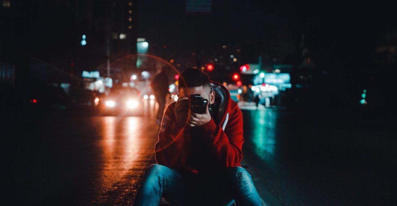Mann der Nachts fotografiert