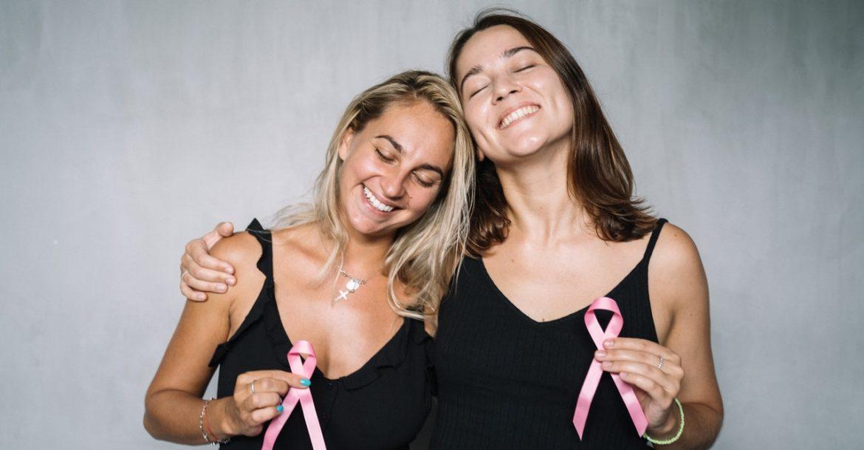 Zwei Frauen die gegen Krebs posen