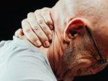 Mann mittleren Alters mit Schmerzen