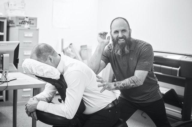 Patient mit Rückenschmerzen bei der Therapie