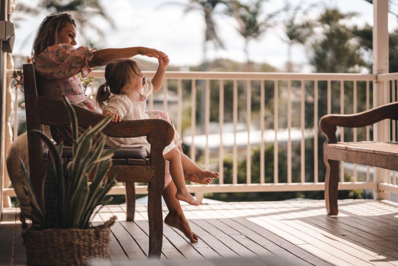 Mutter und Tochter auf der Terrase