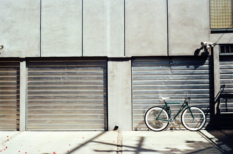 Fahrrad vor einer Garage
