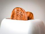 Brot in einem weißen Infrarot Toaster